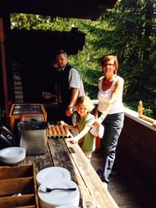 Familie Egger beim Gröstel kochen