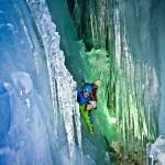 Eisgrotte unter dem Skigebiet